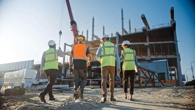 Engenheiros fazendo gestão de mão de obra