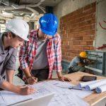 Engenheiros fazendo gerenciamento da obra